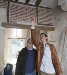 michel montre les poutres à Henri