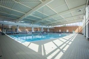 Bassin ludique de 150 m2, réservé à l'apprentissage, aux loisirs et au bien-être, équipé d'une rampe de mise à l'eau, de geysers, et de plaques à bulles…