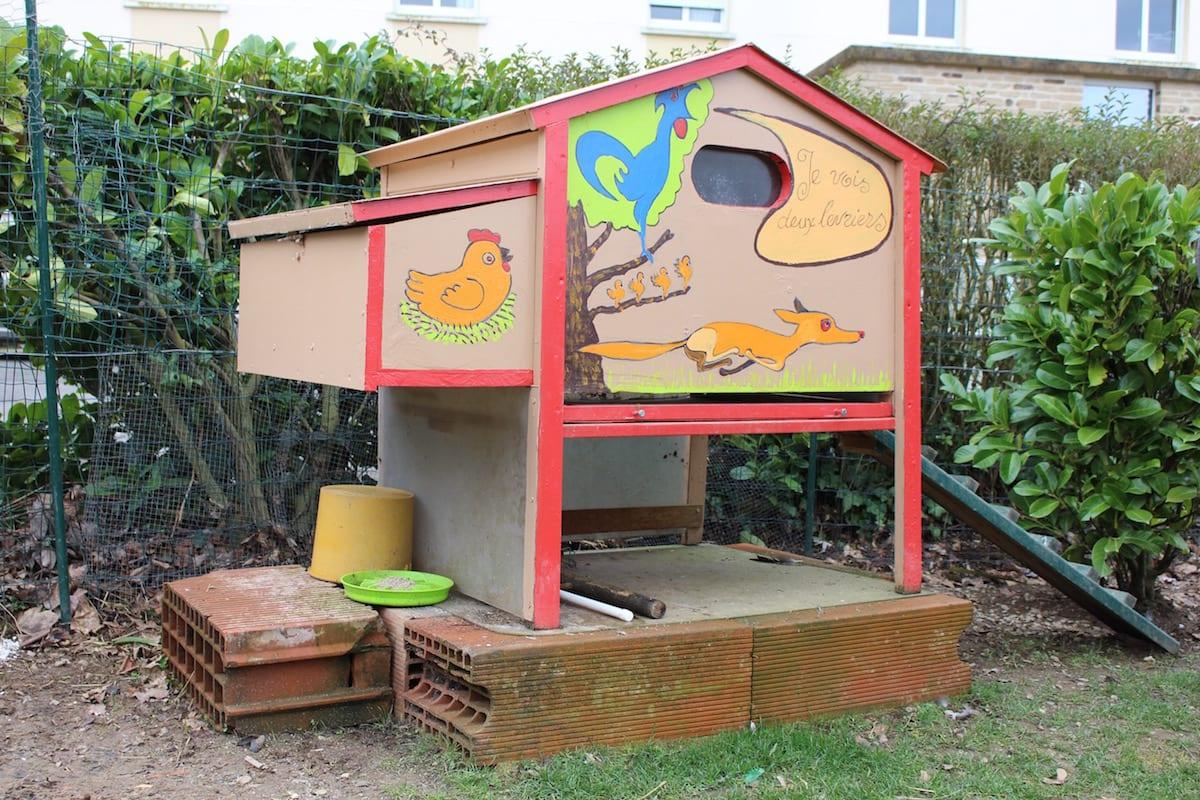 quand les poules s invitent dans une maison de retraite pays de blain. Black Bedroom Furniture Sets. Home Design Ideas